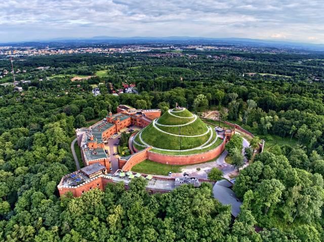 Widok na odnowiony Kopiec Kościuszki, który stanowi obecnie część nowoczesnego Muzeum Kościuszki w Krakowie