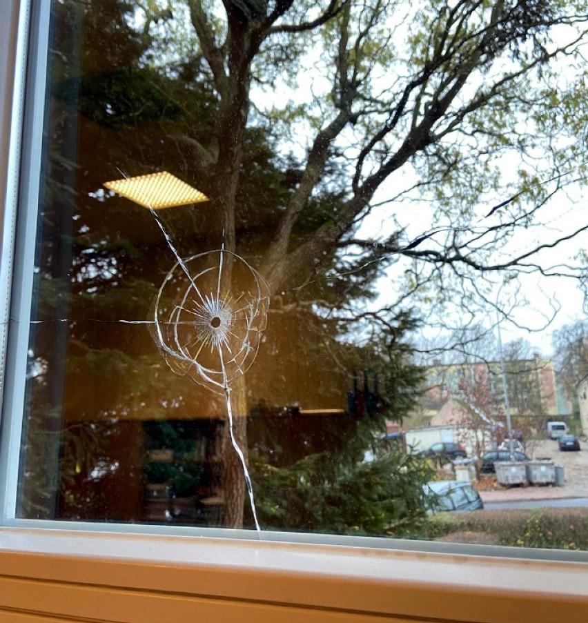 Uszkodzone szyby Urzędu Gminy w Człuchowie