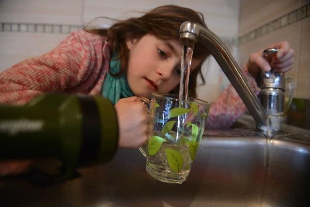 Woda z kranu jest w Sułkowie towarem deficytowym. Mieszkańcy od lat apelują o poprawę sytuacji