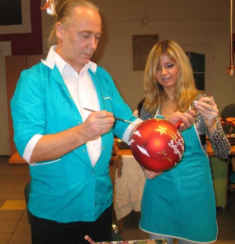 Mirosław Pluta, tarnobrzeski starosta malując swoją bombkę...