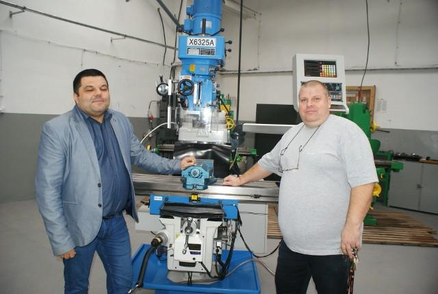 Z lewej Marcin Stańczyk, dyrektor szkoły, pokazuje nowoczesną maszynę, jedną z wielu, która ostatnio trafiła do Ożarowa. Obok Artur Sobczak, nauczyciel.