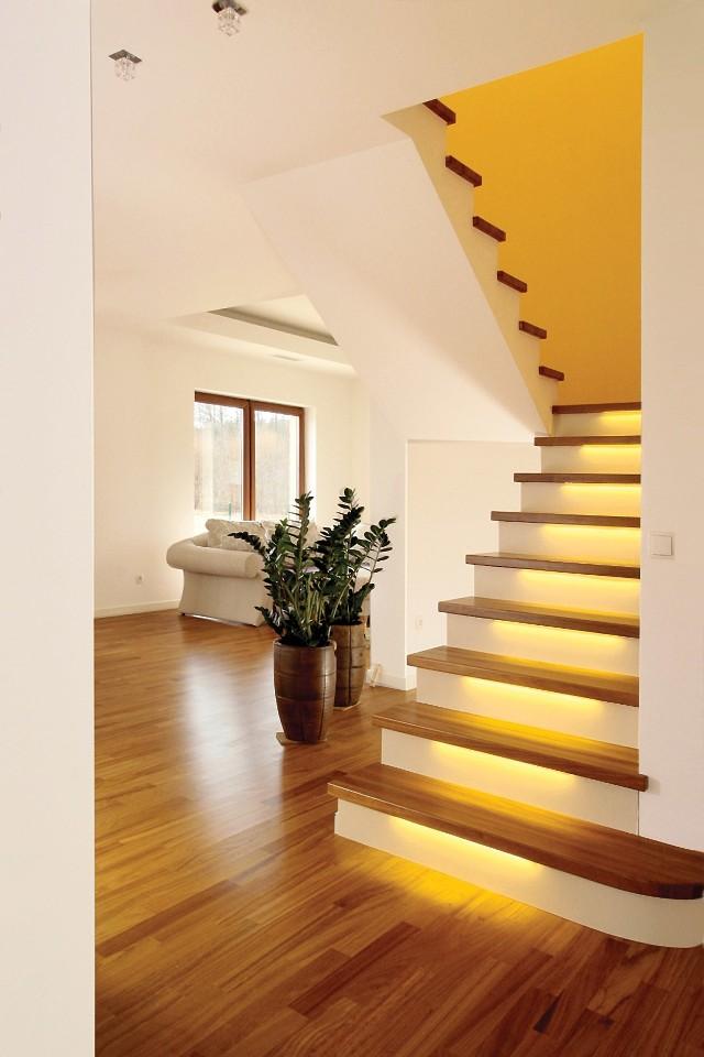 Oświetlenie schodów pełnychOświetlenie schodów warto planować już na etapie projektu budowlanego. Podczas realizacji przewody należy odpowiednio rozprowadzić, by umożliwić instalację przewidzianych lamp. Należy zadbać zarówno o oświetlenie ogólne, zapewniające dobrą widoczność, jak i dekoracyjne, np. podświetlenie stopni, detali balustrady, dekoracyjnych fragmentów ścian.