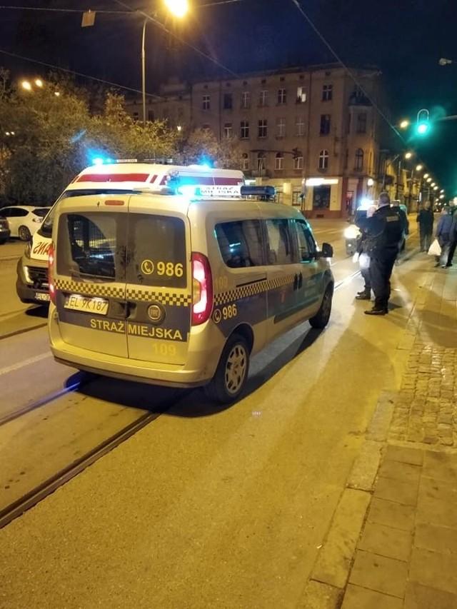 W nocy w centrum Łodzi pobiło się dwóch mężczyzn. Jeden nieprzytomny, z urazem czaszki trafił do szpitala.Czytaj więcej na następnej stronie