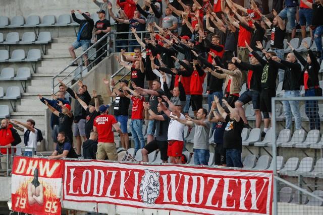 W piątkowym meczu Fortuna 1 Ligi Korona Kielce zremisowała z Widzewem Łódź 1:1. Spotkanie na Suzuki Arenie oglądali też kibice Widzewa, którzy dopingowali swój zespół i przez całe spotkanie wspierali swoich zawodników. Mamy dla Was galerię zdjęć kibiców Widzewa z tego meczu.Szczegóły na kolejnych slajdach.