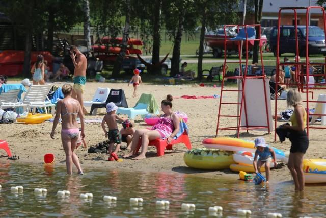 Nad jezioro w Pszczynie już bez maseczek. Ośrodek Sportów Wodnych w Łące nęci plażowiczów w upalne dni.Zobacz kolejne zdjęcia. Przesuwaj zdjęcia w prawo - naciśnij strzałkę lub przycisk NASTĘPNE