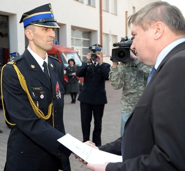 Minister Jerzy Miller awansuje Daniela Dryniaka.