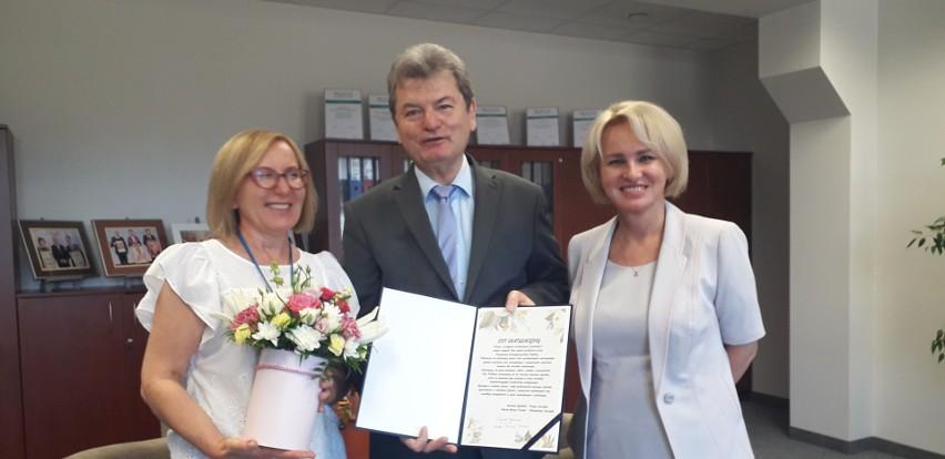 Gratulacje z powodu uzyskania tytułu profesora złożył Katarzynie Pawlak-Osińskiej zarząd słupskiego szpitala