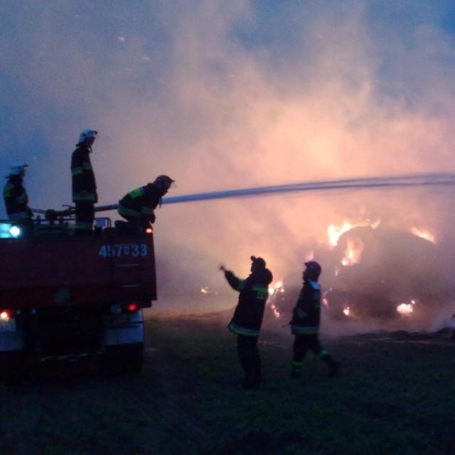 Ogień gaszą dwie jednostki zawodowe i cztery ochotnicze.