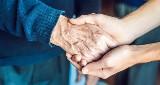 Opieka nad osobami starszymi – jak się przygotować, gdzie szukać wsparcia?