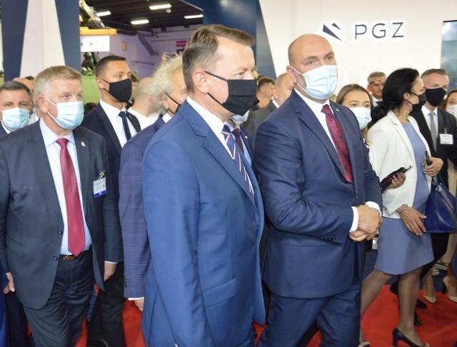 Minister obrony narodowej Mariusz Błaszczak i prezes Polskiej Grupy Zbrojeniowej Sebastian Chwałek na stoisku PGZ