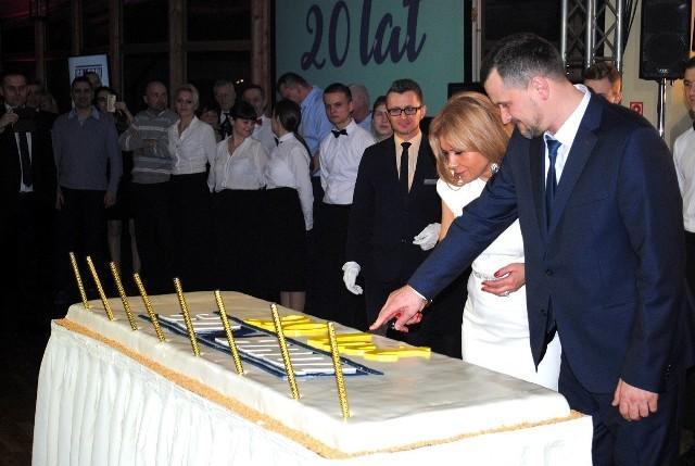 Jubileuszowy tort kroją Wioletta i Stanisław Najda, właściciele firmy Sonarol