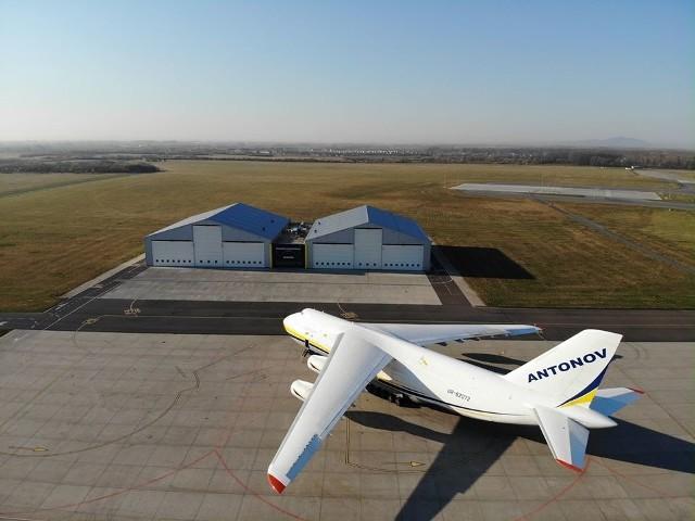 Potężny Antonov An-124 Rusłan na płycie wrocławskiego lotniska