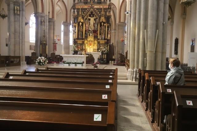 W czasie pierwszej fali pandemii w katedrze miejsca na których można było usiąść, a na których nie, były oznaczone odpowiednimi znaczkami-naklejkami.