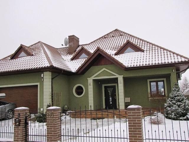Dom jednorodzinny zimąOprócz większych rachunków za prąd, wodę i ogrzewanie, niskie temperatury mogą powodować, że zaistnieje potrzeba wykonania dodatkowy napraw w domu.