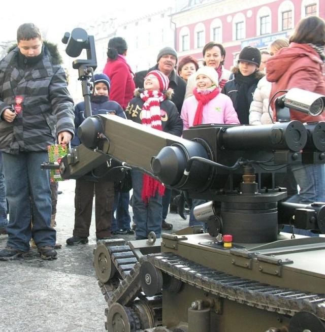 W Brzegu pieniądze zbierają m.in. dwa wojskowe roboty.