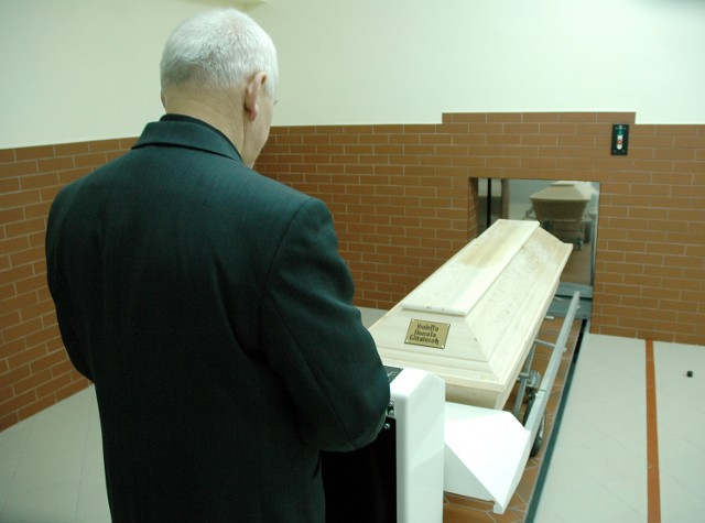 Piec kremacyjny jest sterowany elektronicznie. W połowie roku ma powstać specjalna sala, w której najbliżsi będą mogli na ekranie monitora obejrzeć moment wprowadzania trumny do pieca.