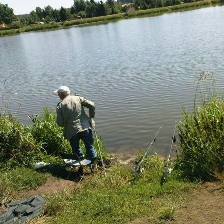 Około godz. 16 na jeziorze odnaleziono kajak, którym pływali zaginieni, 2 wiosła i torbę poszukiwanych