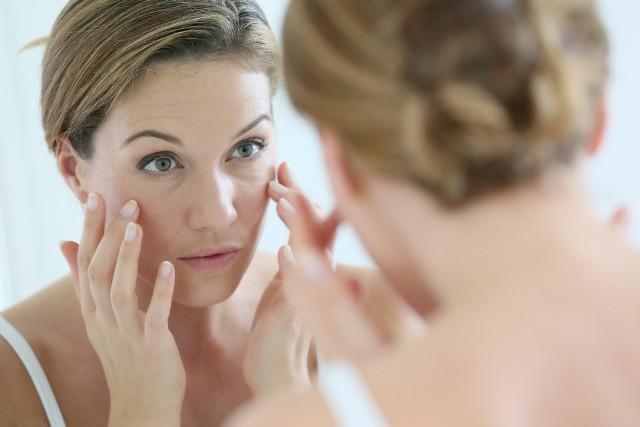 Zapobieganie zmarszczkom jest możliwe, trzeba jednak pamiętać, że nie można całkowicie temu zapobiec, a jedynie opóźnić proces starzenia się skóry.