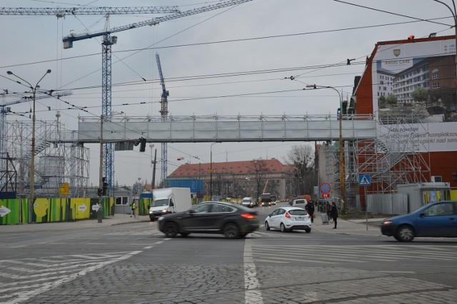 Kładka nad ul. Dyrekcyjną służy robotnikom stawiającym nową galerię