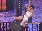 """Anne Hathaway jako Miley Cyrus. Parodia """"Wrecking Ball"""" w programie Lip Sync Battle (ZOBACZ FILMY)"""