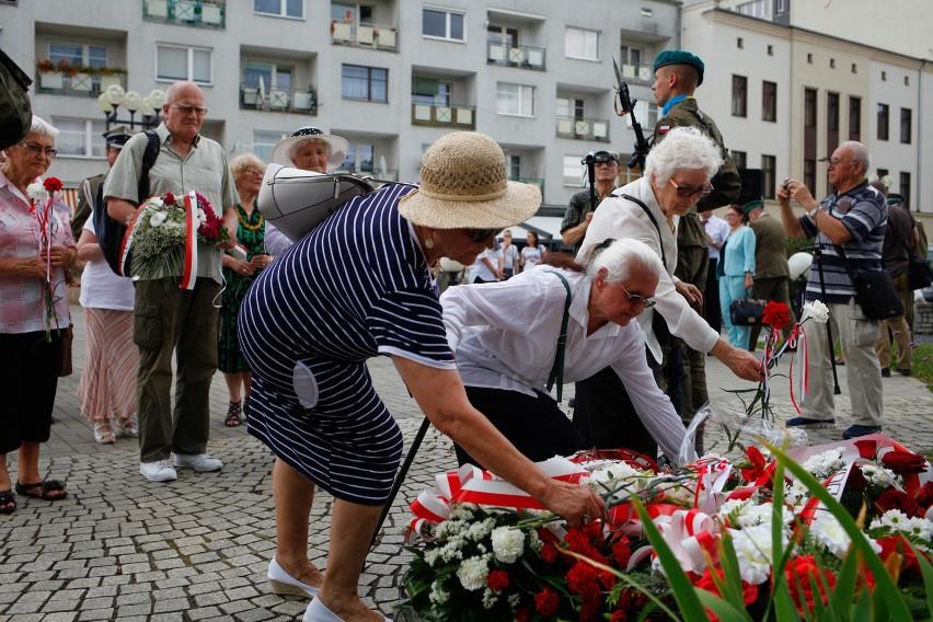 Opolanie uczcili pomordowanych Polaków składając kwiaty pod pomnikiem na placu Wolności.