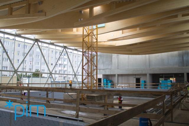 Są już fundamenty, ściany i nowe niecki dwóch basenów. Kończy się też montaż drewnianej instalacji na dachu - na takim etapie jest obecnie budowa nowej pływalni na os. Piastowskim.Czytaj dalej --->