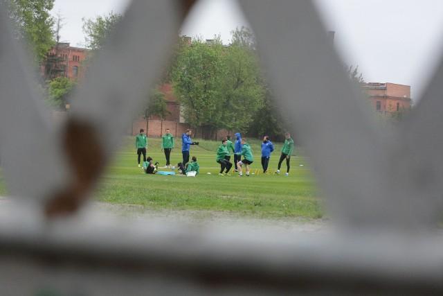 Komisja Medyczna PZPN wyraziła zgodę na powrót piłkarzy Olimpii Grudziądz do trenowania w grupie. Pierwsze takie zajęcia odbyły się już w poniedziałek po południu. Na kolejnych stronach zdjęcia z treningu>>>