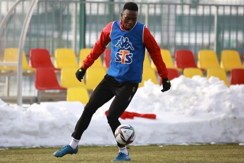 Nigeryjczyk Godfrey Stephen ma 20 lat i jest obrońcą....