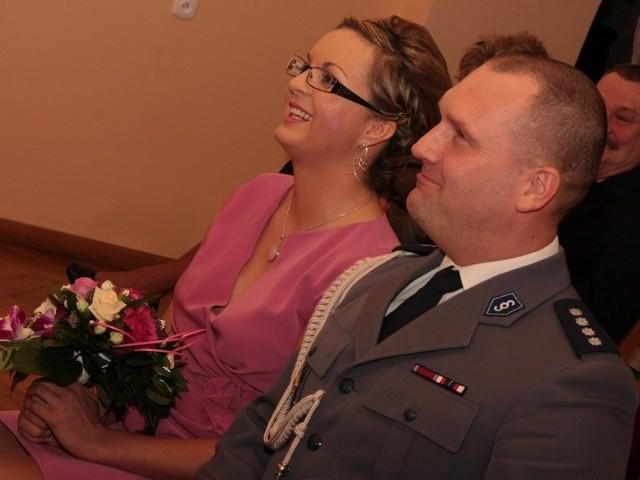 Dziś w południe pani wiceburmistrz Marta Giera i komendant policji nadkom. Radosław Mazur ślubowali uczynić wszystko, aby ich małżeństwo było zgodne, szczęśliwe i trwałe.