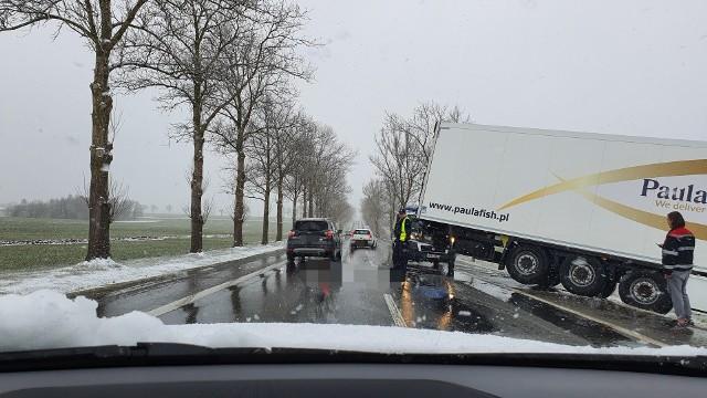 Przed godziną 17 policja ze Słupska otrzymała zgłoszenie o ciężarówce, która zjechała z drogi we Włynkówku. - Na miejsce pojechali Funkcjonariusze Wydziału Ruchu Drogowego Komendy Miejskiej Policji w Słupsku. Ze wstępnych ustaleń wynika,  że kierujący pojazdem ciężarowym jadąc w kierunku Ustki wpadł w poślizg, w wyniku czego zjechał na pobocze i wpadł do pobliskiego rowu - mówi Monika Sadurska, oficer prasowy słupskiej policji. Policjanci sprawdzili, czy kierowca nie był pod wpływem alkoholu. Badanie wykazało, że był trzeźwy. W związku ze zmianą warunków pogodowych policja apeluje o ostrożność na drodze.