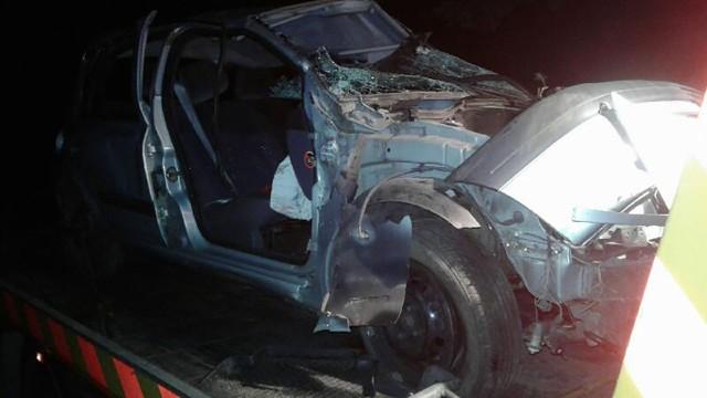 Do zdarzenia doszło w środę wieczorem, 26 września. Zielonogórskie służby otrzymały zgłoszenie o wypadku koło miejscowości Wysokie w gminie Czerwieńsk. Na miejscu zastali auto w rowie, które dachowało. W samochodzie była jedna osoba, pozostałe dwie zbiegły z miejsca wypadku.Kierujący renault clio mężczyzna z niewyjaśnionych przyczyn zjechał z drogi, uderzył w znak drogowy, a następnie dachował. Siła musiała być ogromna, ponieważ części auta rozsypały się po całej drodze. Po wypadku z auta uciekły dwie osoby, pozostawiając trzecią bez udzielenia jej pomocy.Na miejsce wypadku przyjechały cztery pojazdy straży pożarnej, trzy karetki oraz policja. Poszkodowana osoba została przewieziona do szpitala na badania. Na szczęście nic poważnego jej się nie stało. Ddoznała jedynie stłuczeń i drobnych skaleczeń.Strażacy przeszukiwali okoliczne tereny w poszukiwaniu uciekinierów. Później dołączył do nich policjant z psem tropiącym.Zobacz wideo: Naćpany 21-latek samochodem zabił pieszego i uciekł z miejsca wypadku