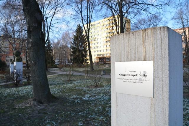 Spośród pomników upamiętniających profesorów UMCS zostało zniszczone tylko popiersie Grzegorza Leopolda Seidlera, rektora tej uczelni w latach 1959 - 1969