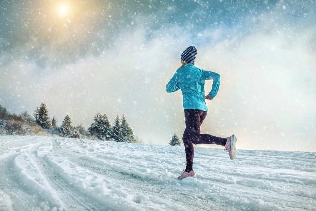HIIT to trening złożony z tzw. interwałów, czyli następujących po sobie krótkich okresów bardzo energicznego wysiłku i mniej intensywnej aktywności lub odpoczynku. Doceniany jest on zarówno przez sportowców, jak i osoby, które uprawiają sport dla przyjemności. Sprawdź, co możesz zyskać decydując się na trening interwałowy o wysokiej intensywności.Zobacz kolejne slajdy, przesuwając zdjęcia w prawo, naciśnij strzałkę lub przycisk NASTĘPNE.Trening HIIT przeprowadza się z wykorzystaniem dowolnego rodzaju ćwiczeń wytrzymałościowych lub siłowych (może to być bieganie, jazda na rowerze, skakanie na skakance, przysiady, pompki itp.).