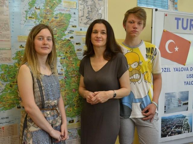 Uczniowie z Anną Szajerską