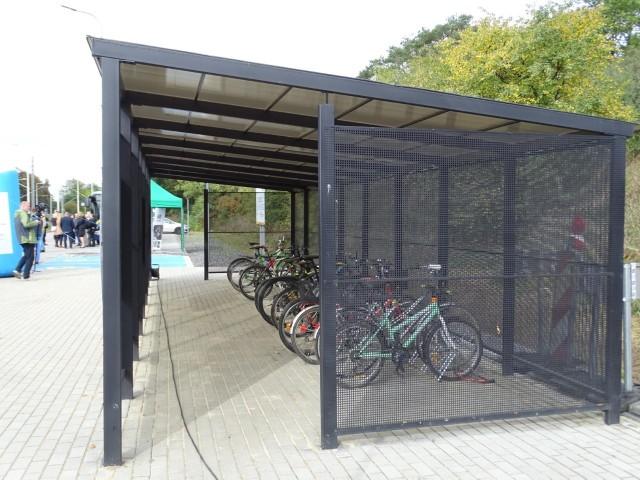 Na Bike&Ride można pod wiatą pozostawić 20 rowerów, na znajdującym się w pobliżu parkingu jest miejsce na 22 auta