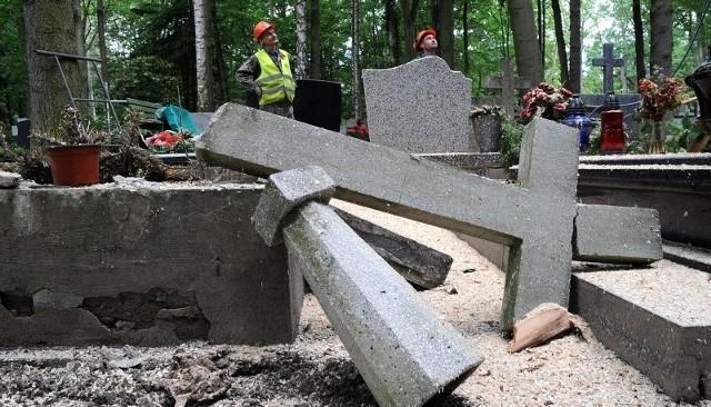 Tyle zostało z nagrobków, które rosły pod feralnym drzewem. Gdyby urzędnicy zareagowali natychmiast, nie byłoby tych zniszczeń. Właściciele nagrobków szacują straty w tysiącach złotych.