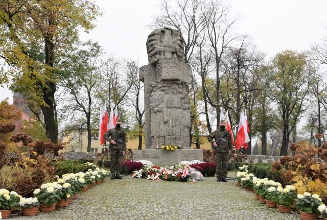 Z okazji Święta Niepodległości pod pomnikiem Powstańców Wielkopolskich Garnizon Inowrocław wystawił posterunek honorowy, a delegacje złożyły kwiaty