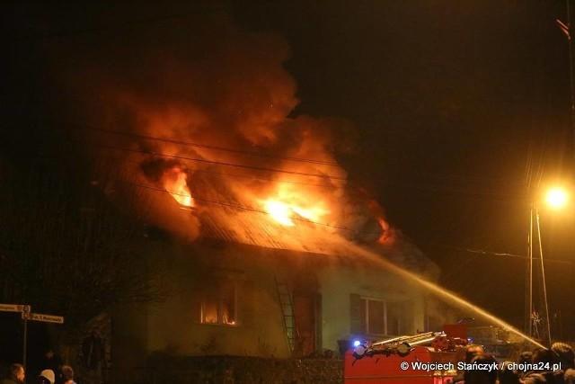 SK KP otrzymało informację od zgłaszającego o tym, iż w budynku mogą znajdować się jeszcze mieszkańcy. Po przybyciu na miejsce zdarzenia pierwszego zastępu z OSP Cedynia, pożarem objęty był już parter i poddasze. Siedmioro mieszkańców zdołało się ewakuować. Źródło:  Pożar domu w Cedyni, rodzina straciła dach nad głową [zdjęcia, wideo] / chojna24.pl