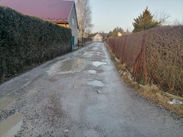 Ulica Różana w Śledziejowicach pod Wieliczką. Droga zostanie przebudowana w latach 2021-2022. Przetarg na wykonanie inwestycji jest już ogłoszony