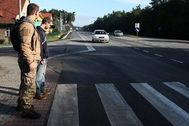 Mieszkańcy Klinisk domagają się przebudowy tego skrzyżowania. Narzekają na to, że samochody jeżdżą zbyt szybko.