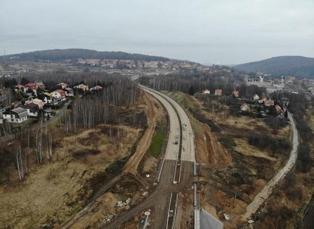 Wraz z wejściem  w ostatni etap budowy obwodnicy Wałbrzycha, ruszyła realizacja programu budowy obwodnic wokół innych miast na Dolnym Śląsku. Cztery z nich są projektowane, a w przypadku czterech ogłoszono przetargi na ich budowę.Na kolejnych stronach, znajdziecie wszystkie z zaplanowanych obejść miast w naszym regionie wraz z postępem prac i terminami ich ukończenia.