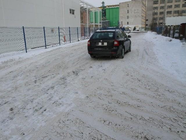 Śnieg przykrył dziury i wyrwy w jezdni. Ale jazda tędy to niebezpieczny tor przeszkód. Szczególnie, kiedy przychodzą roztopy. Kierowcy nie mogą doczekać się remontu Serwisowej.