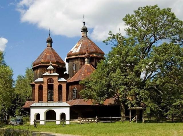 Szlakiem architektury cerkiewnej PodkarpaciaPodkarpacie to jedno z najbogatszych pod względem architektury drewnianej miejsc w Polsce. Możemy udać się szlakiem dawnych cerkwi, zwiedzając jedne z najpiękniejszych świątyń w regionie. Warto zobaczyć szczególnie Hoszów, czyli jedną z najciekawszych cerkwi w gminie Ustrzyki Dolne. Poza nią wrażenie robią także cerkiewie w Rzepedzi, cerkiew w Radoszycach, cerkiew w Olchowcu, cerkiew w Rabem, Komańczy i Piątkowej. A to dopiero początek z całego, bogatego szlaku architektury tego regionu.