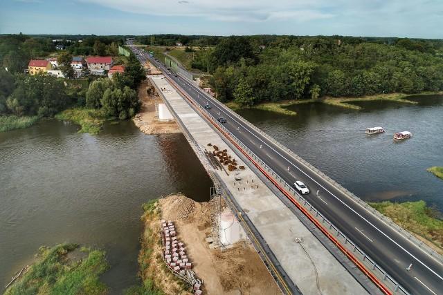 Kolejna porcja imponujących zdjęć Grzegorza Walkowskiego. Tym razem możemy zobaczyć ostatnie chwile budowy mostu w ciągu drogi S3 w Cigacicach.Przeprawę zbudowano w miejscu starego mostu z lat 80. Jego nośność wynosi 50 ton, ma 477 m długości i 11 m szerokości. Opiera się na ośmiu przęsłach...Polecamy wideo: Cigacice. Olbrzymi korek samochodów ciężarowych po wypadku na moście w Cigacicach, na drodze S3