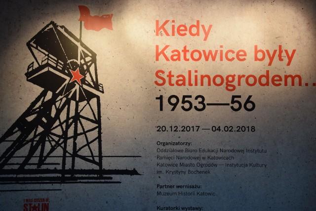 """Zdjęcia z wystawy """"Kiedy Katowice były Stalinogrodem"""" w Galerii Miasta Ogrodów w Katowicach."""