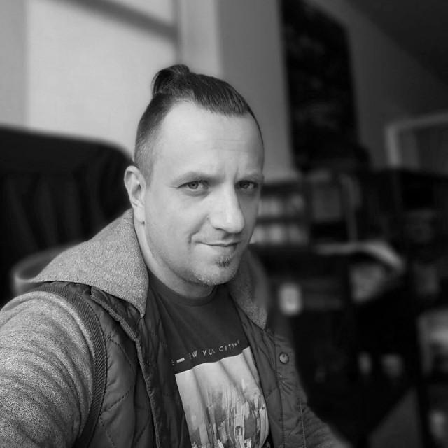 41-letni Andrzej Woźniak zginął tragicznie w pracy, przyjmując dostawę towaru w salonie Agata Meble w Toruniu