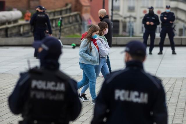 Wszystkie polskie miasta wojewódzkie, w tym Wrocław, mogą od soboty znaleźć się w czerwonej strefie - podało w czwartek RMF FM. Już w środę rzecznik resortu zdrowia zapowiadał, że do czerwonej strefy zakwalifikowanych może zostać nawet 100 powiatów i wiele dużych miast.Decyzje mają zapaść wczesnym popołudniem. - O 11:30 odbędzie się posiedzenie Rządowego Zespołu Zarządzania Kryzysowego. Zostaną na nim podjęte decyzje co do wprowadzenia nowych środków profilaktycznych i narzędzi do walki z koronawirusem. Po zakończeniu posiedzenia planowana jest konferencja premiera - poinformował rzecznik rządu. We Wrocławiu współczynnik nowych zakażeń na 10 tysięcy mieszkańców od kilku dni rośnie w dużym tempie. Co to oznacza? Jakie dodatkowe ograniczenia będą obowiązywały we Wrocławiu w razie ogłoszenia czerwonej strefy? Zobacz na kolejnych slajdach, posługując się klawiszami strzałek, myszką lub gestami.