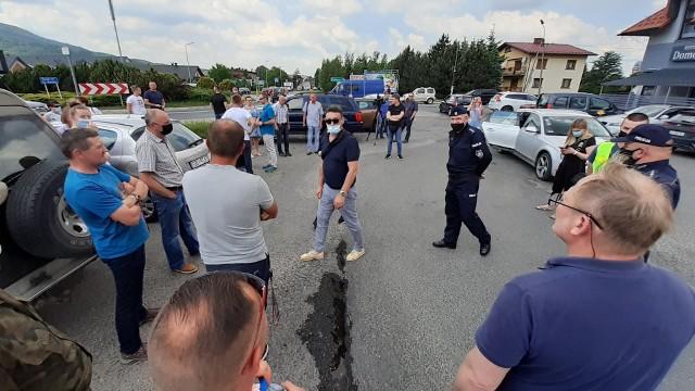 Kilkudziesięciu mieszkańców gminy Czernichów przeciwko zamknięciu, z powodu przebudowy, ruchliwej DW 948 tuż przed sezonem turystycznym.Zobacz kolejne zdjęcia. Przesuwaj zdjęcia w prawo - naciśnij strzałkę lub przycisk NASTĘPNE