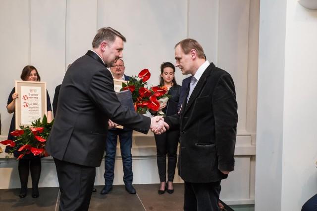 Marek Matlak (z prawej), wieloletni kustosz bielskiego muzeum został p.o. tej placówki. Na zdjęciu przyjmuje gratulacje od prezydenta Bielska-Białej Jarosława Klimaszewskiego za nominacje do Ikara 2018