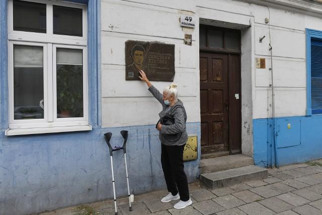 """1 września 2020 roku - w 28 rocznicę zniknięcia dziennikarza Jarosława Ziętary, pod tablicą na kamienicy, w której mieszkał, zapłonęły znicze. Ciała 24-letnego dziennikarza """"Gazety Poznańskiej"""" do dzisiaj nie znaleziono. Według świadków, zostało rozpuszczone w kwasie. W sądzie trwają procesy trzech oskarżonych ws. zbrodni na Ziętarze. Przejdź do kolejnego zdjęcia --->"""